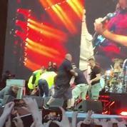 Le chanteur des Foo Fighters se casse la jambe en concert et remonte sur scène