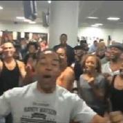 La troupe du Roi Lion fait le show au milieu d'un aéroport