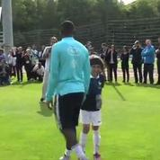 Un enfant s'entraîne avec les Bleus