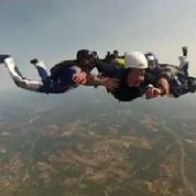 Un prêtre saute en parachute pour sauver son abbaye