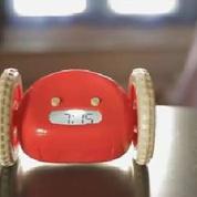 Utile: ce radio réveil force les dormeurs à lui courir après