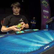 Il bat le record du monde de Rubik's cube en 2 minutes 23