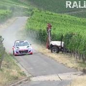 Une voiture de rallye manque de percuter un tracteur