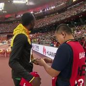 Le caméraman qui a fait tomber Bolt s'excuse et lui offre un collier