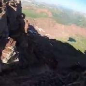 Le sol s'effondre sous ses pieds au sommet d'une montagne