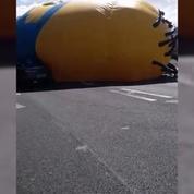 Un Minion géant crée le chaos sur une route en Irlande