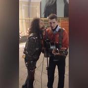 Steven Tyler surprend un musicien dans les rues de Moscou