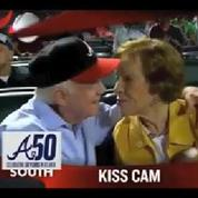 Jimmy Carter embrasse sa femme tendrement devant les caméras d'un match de baseball