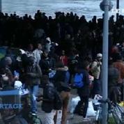 Dans le calme, les migrants d'Austerlitz évacuent leur campement