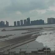 En Chine, une vague géante surprend la foule