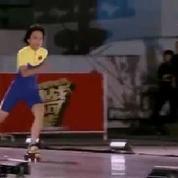 Une jeune Chinoise passe sous 18 voitures en rollers