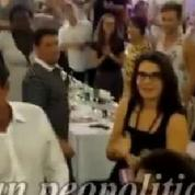 Quand Manuel Valls «tapote» la joue d'un militant