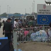 Des migrants patientent dans un cimetière à la frontière croate