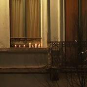 A Molenbeek, le frère d'un des terroristes allume des bougies
