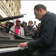 Attentats de Paris : un pianiste rend hommage aux victimes