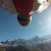 Un aigle et une championne de wingsuit font une descente à 150 km/h
