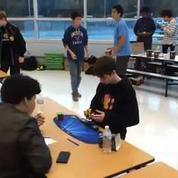 À 14 ans, il bat le record du monde du Rubik's Cube