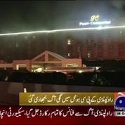 Evacuation impressionnante d'un hôtel en feu au Pakistan