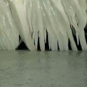 Une voiture recouverte de glace au bord du lac Érié