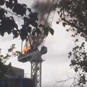 Une grue prend feu et s'effondre sur un chantier de Melbourne