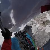 Deux alpinistes escaladent un sommet de 7.000 mètres et filment leur exploit