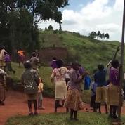 Des enfants voient un drone pour la première fois en Ouganda