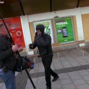 Un handicapé défend des journalistes lors d'un reportage sur les migrants en Suède