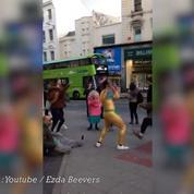 Une scène de fête spontanée dans les rues de Brighton
