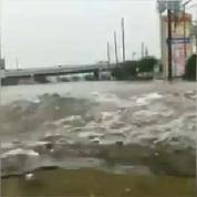 Texas : il roule tranquillement en Hummer dans les rues inondées