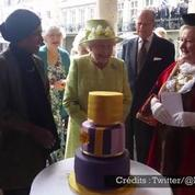 Elisabeth II découvre son gâteau d'anniversaire