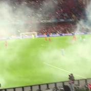 Euro 2016: des supporters turcs lancent des fumigènes sur le terrain après le 2e but de leur équipe