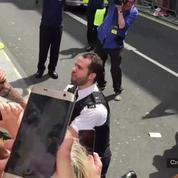 Un policier demande son compagnon en mariage pendant la Gay Pride de Londres