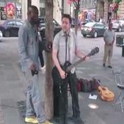 Un musicien de rue chante