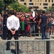 Gianluigi Buffon fait un câlin aux supporters italiens