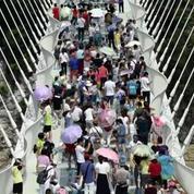 Chine : le pont en verre le plus long au monde ouvre au public