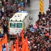 Inde : une ambulance se fraye un chemin à travers la foule lors de la fête de Ganesh