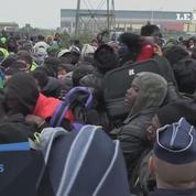 Calais: mouvement de foule dans la queue du centre d'enregistrement