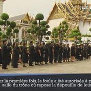 Des milliers de Thaïlandais vont prier près de la dépouille de leur roi