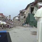 Italie: visite surprise du pape à Amatrice