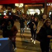 À Paris, c'est le rush de dernière minute pour acheter ses cadeaux de Noël
