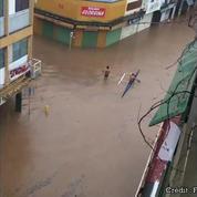 Inondations à Tahiti: il se déplace en pirogue dans la ville