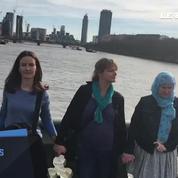 Des dizaines de femmes se réunissent sur le pont de Westminster en hommage aux victimes de l'attaque