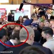 Macron reçoit un oeuf sur la tête au Salon de l'Agriculture