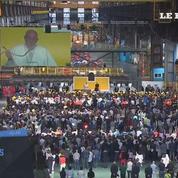 Dans une usine à Gênes, le pape François réclame