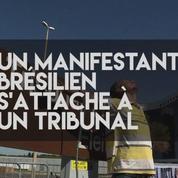 Un manifestant brésilien s'attache à un tribunal