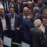 Pologne : le chef du parti conservateur fait hurler le parlement
