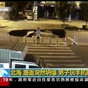 En Chine, la route s'effondre devant lui, il tombe dans le trou