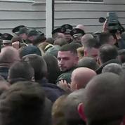 Des députés de l'opposition lancent des fumigènes en pleine séance du Parlement albanais