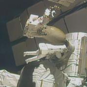 Deux astronautes japonais et américain en sortie orbitale