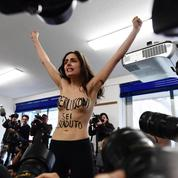 Élections italiennes : le vote de Silvio Berlusconi interrompu par une Femen